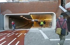 Ad Amsterdam tunnel per pedoni e biciclette