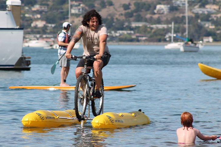 SAN FRANCISCO BAY – UOMO INVENTA BICICLETTA ACQUATICA
