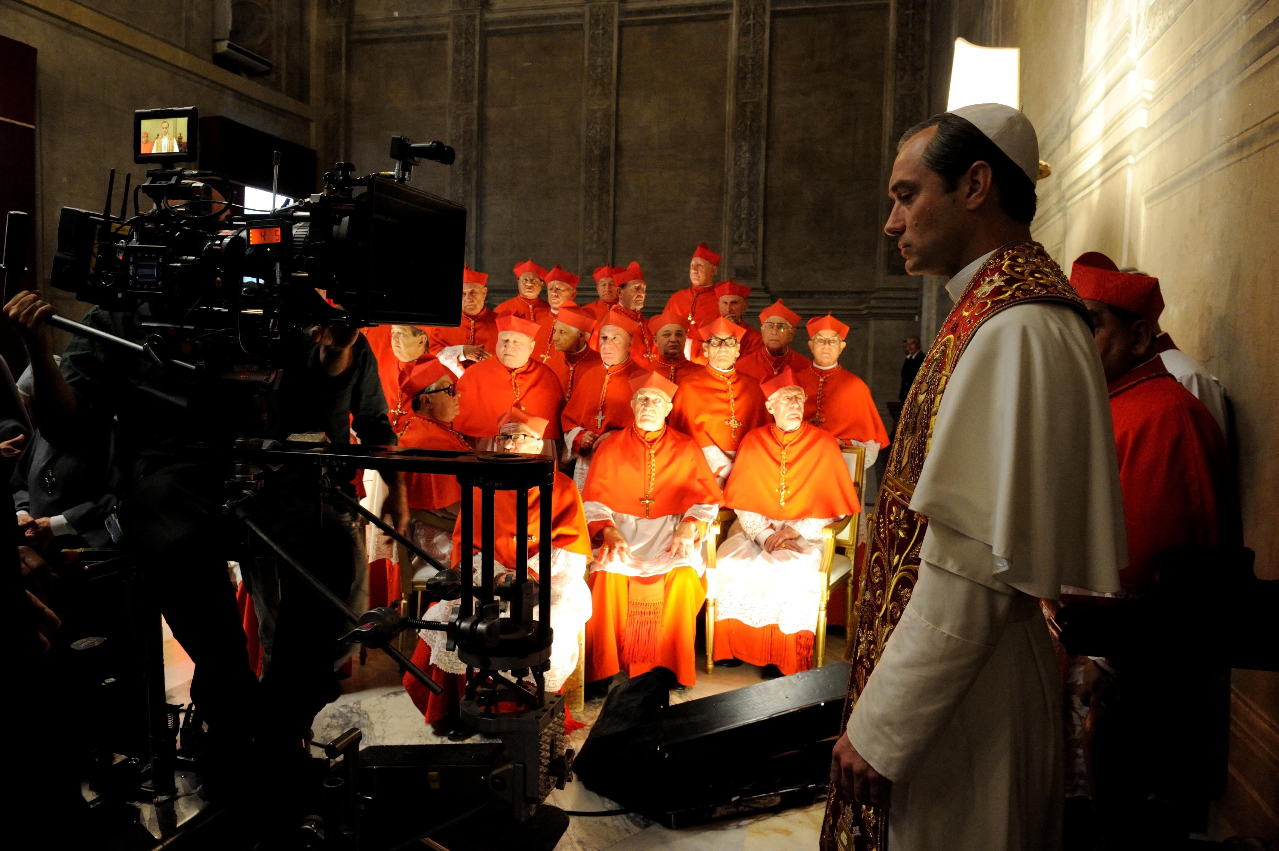 """THE YOUNG POPE – Il Papa moderno di Sorrentino - Perché Sorrentino aveva bisogno di lavorare per la televisione? """"Al giorno d'oggi non ho paura di firmare ciò che può essere definito televisivo: non è più un aggettivo deteriore, ma segno che la realt"""