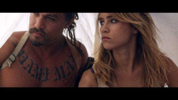 """THE BAD BATCH – I cannibali di Ana Lily Amirpour - """"The Bad Batch"""" , in concorso per il leone a Venezia 73 , e prodotto da Vice e Annapurna, con un budget di 8 milioni di dollari e un cast di gran livello, strizza l'occhio a Tarantino, Leone, Rodrigu"""