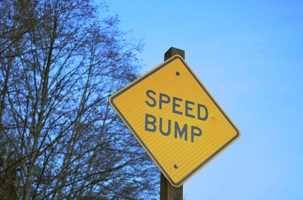 Rallentatori ovunque, metafora di un paese che vuole rallentare